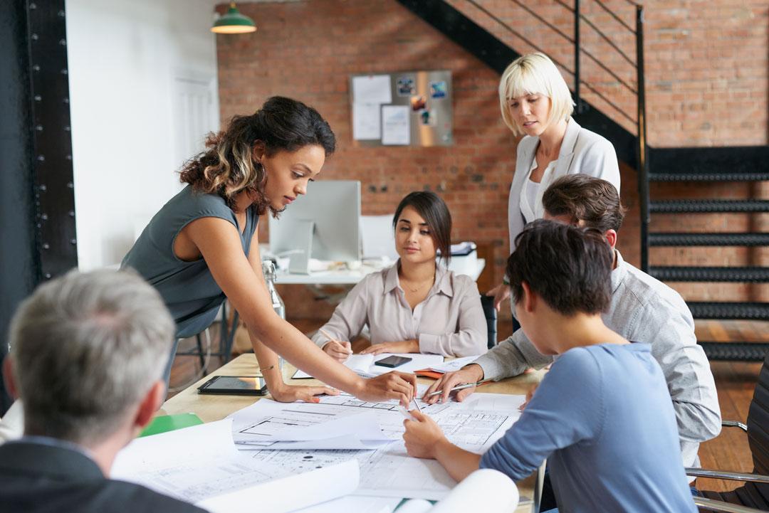 Groupe d'employés travaillant autour d'une table