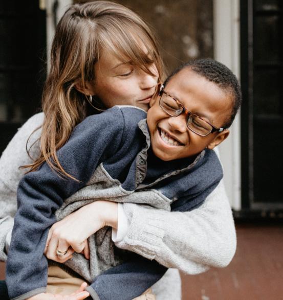 Maman qui tient son fils dans ses bras et l'embrasse