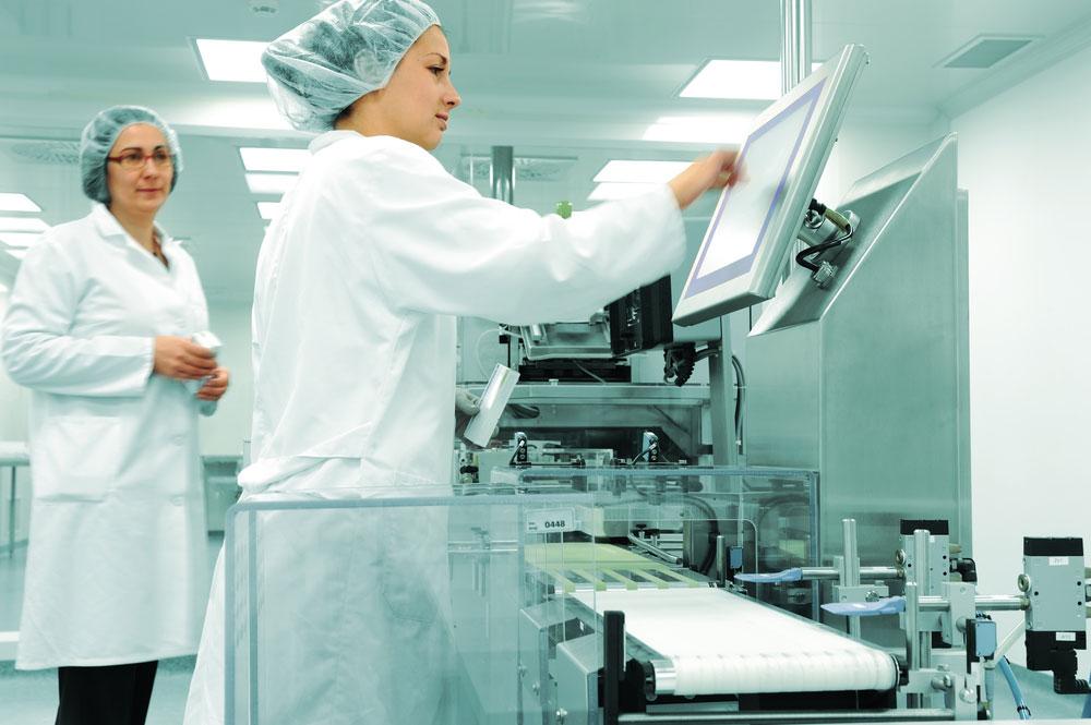 Scientifiques qui testent un produit