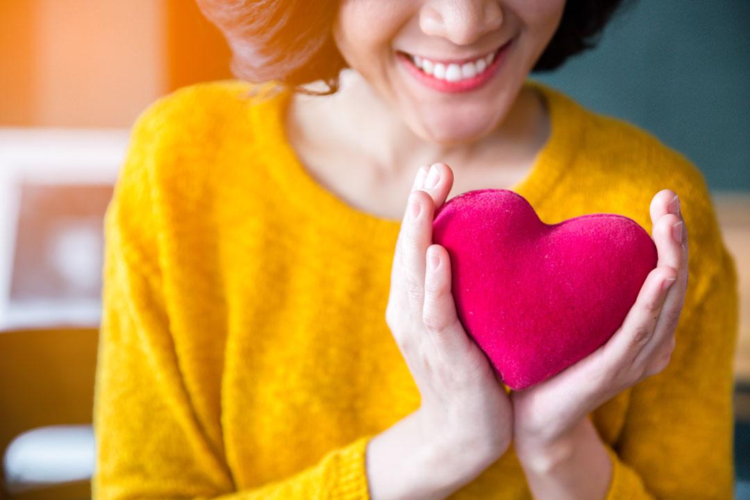 Maman qui tient une peluche en forme de cœur